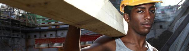 Hombre en el trabajo. Más información en el derecho laboral, salario mínimo, trabajo decente y salario digno en Tusalario - Elsalario